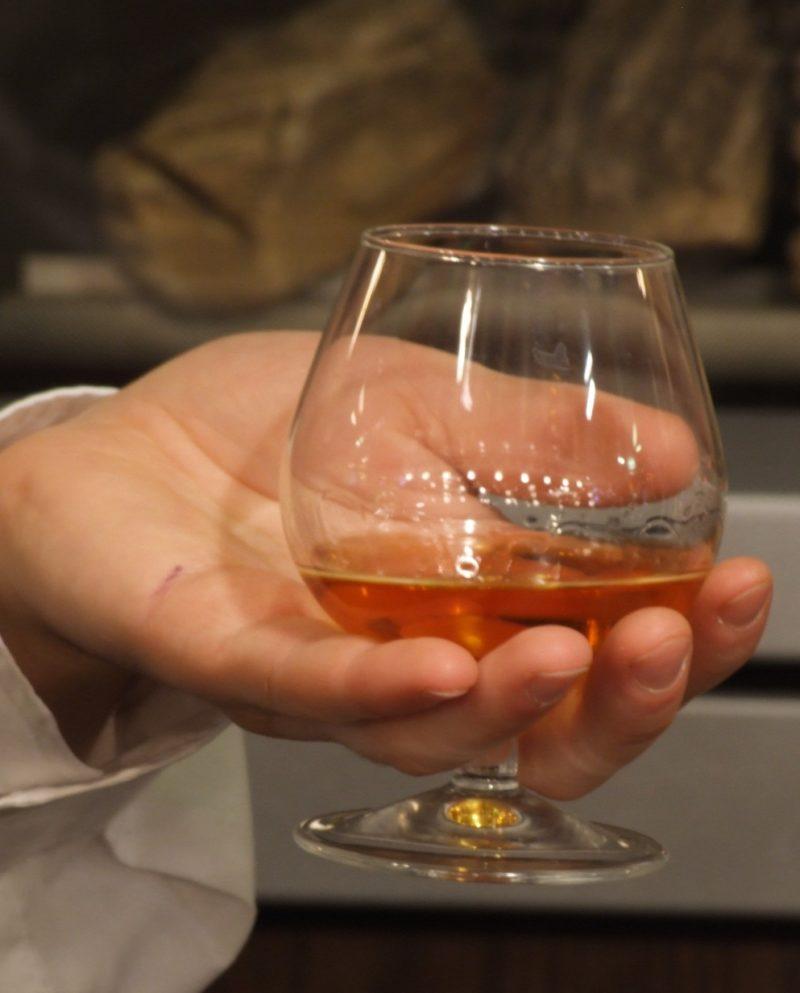 Коньяк пьют из специального бокала