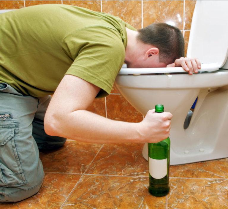 Почему тошнит от алкоголя