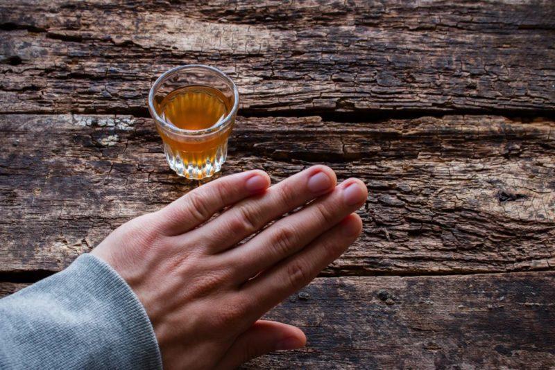 Формирует стойкое отвращение к спиртному