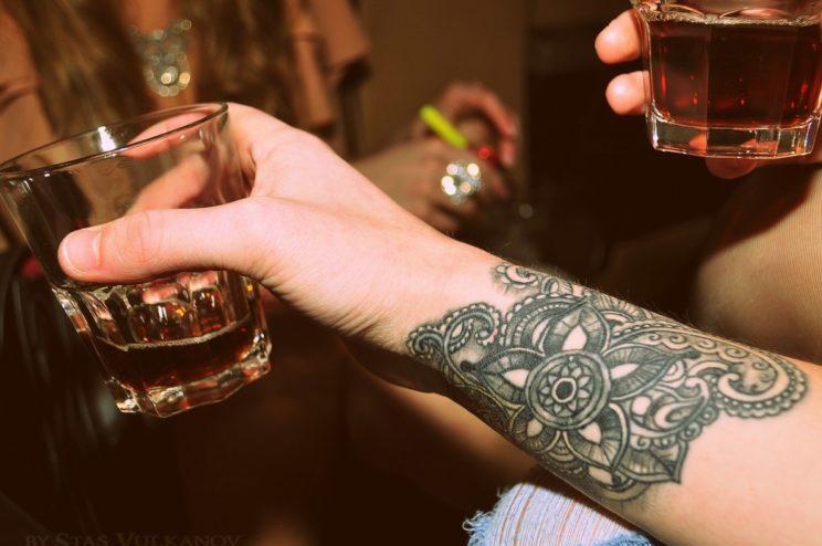 Алкоголь и татуировка: почему и сколько нельзя пить алкоголь после тату